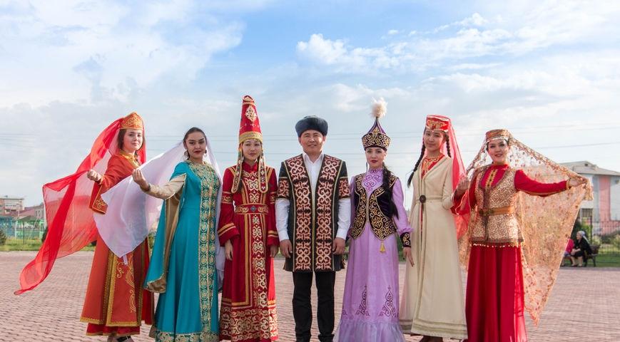 много ли казахов проживает в России